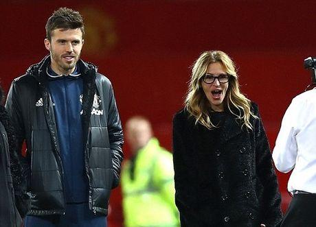 Carrick tro chuyen voi 'nguoi dan ba dep' Julia Roberts tren san Old Trafford - Anh 2
