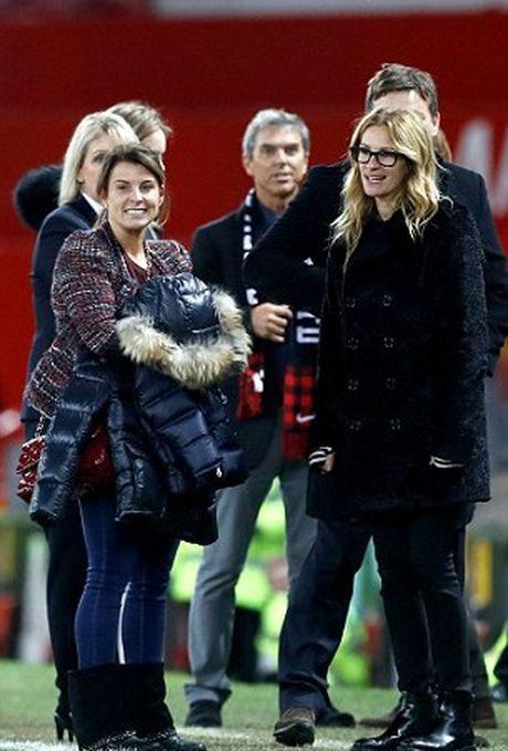 Carrick tro chuyen voi 'nguoi dan ba dep' Julia Roberts tren san Old Trafford - Anh 3