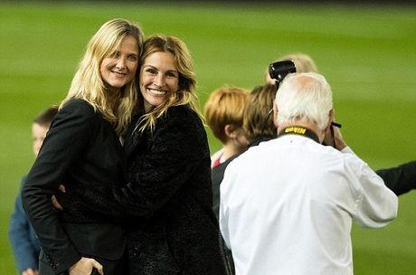 Carrick tro chuyen voi 'nguoi dan ba dep' Julia Roberts tren san Old Trafford - Anh 4
