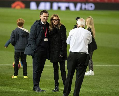 Carrick tro chuyen voi 'nguoi dan ba dep' Julia Roberts tren san Old Trafford - Anh 5