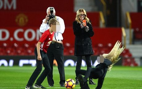 Carrick tro chuyen voi 'nguoi dan ba dep' Julia Roberts tren san Old Trafford - Anh 6