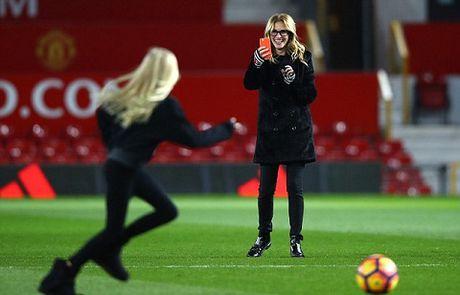 Carrick tro chuyen voi 'nguoi dan ba dep' Julia Roberts tren san Old Trafford - Anh 7