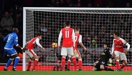 Chum anh: Ha Bournemouth, Arsenal xay chac vi tri top 4 Premier League - Anh 11