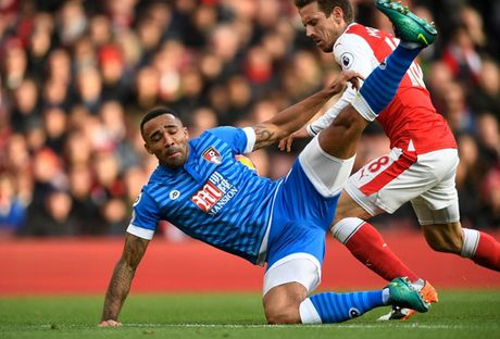 Chum anh: Ha Bournemouth, Arsenal xay chac vi tri top 4 Premier League - Anh 4