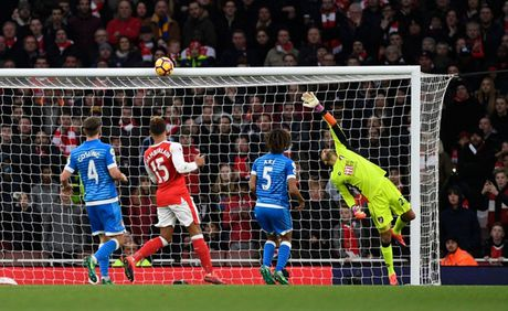Chum anh: Ha Bournemouth, Arsenal xay chac vi tri top 4 Premier League - Anh 8
