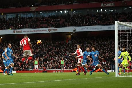 Chum anh: Ha Bournemouth, Arsenal xay chac vi tri top 4 Premier League - Anh 9