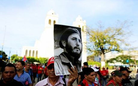 Nguoi Cuba tap trung tai Quang truong Cach mang tuong nho Fidel Castro - Anh 1