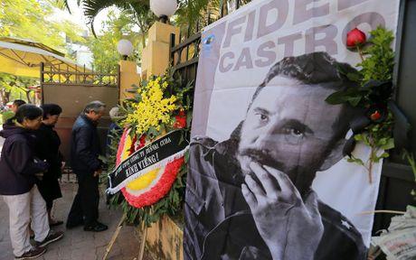 Dong nguoi thanh kinh vieng Lanh tu Fidel Castro o Dai su quan Cuba - Anh 8
