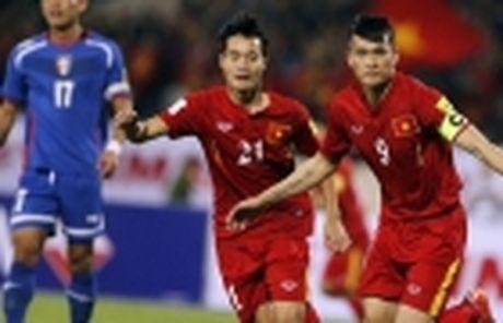 Tien ve Vu Minh Tuan duoc dac cach ve tham cha benh nang - Anh 4