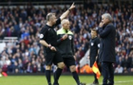 Mourinho khien gioi chu Man Utd 'nong mat' - Anh 3