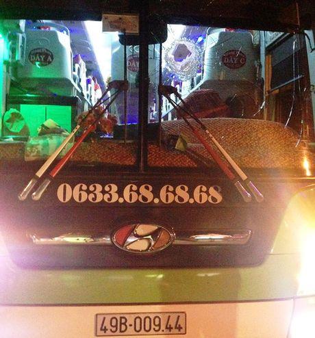 Bat 2 doi tuong nem da xe khach tren Quoc lo 20 - Anh 1