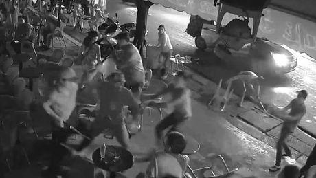 VIDEO hang chuc con do xong vao quan ca phe dap pha - Anh 1