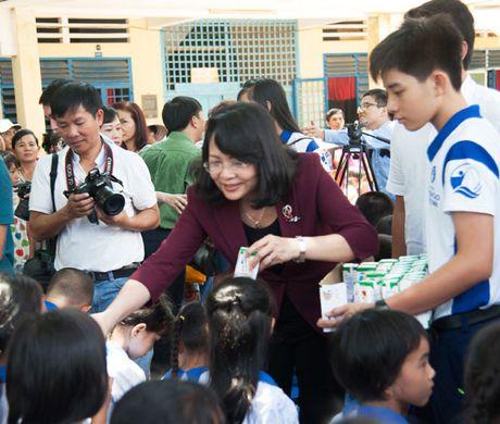 Pho Chu tich nuoc du Chuong trinh tang sua cho tre em - Anh 1