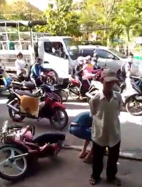 Nong: Bat ke dung dao khong che nhan vien buu cuc de cuop tai san - Anh 1