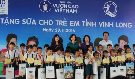 Trao tang gan 130.000 ly sua cho tre em tai Vinh Long - Anh 1