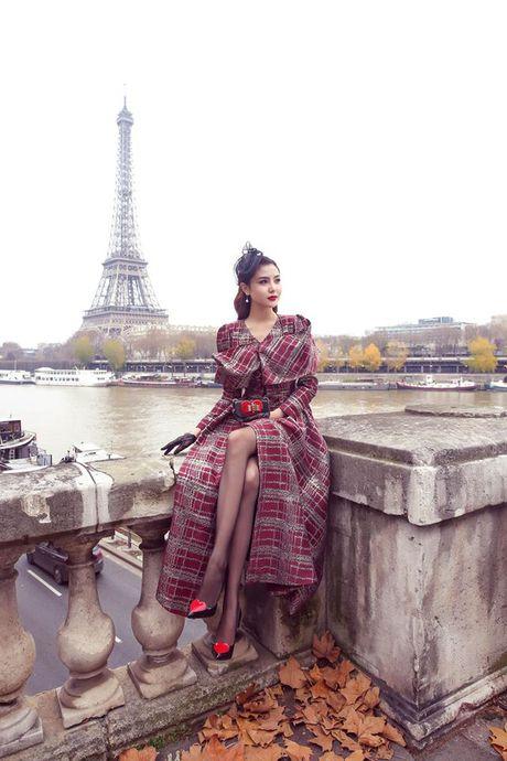 'Nu hoang sac dep toan cau' Ngoc Duyen gay an tuong tren pho Paris - Anh 1
