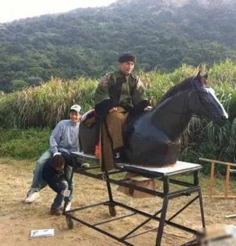 Hau truong bay nhay, cuoi ngua trong phim co trang Hoa ngu - Anh 11
