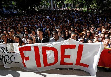 Hang van nguoi dan Cuba xep hang dai tien biet lanh tu Fidel - Anh 20