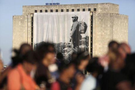 Hang van nguoi dan Cuba xep hang dai tien biet lanh tu Fidel - Anh 23