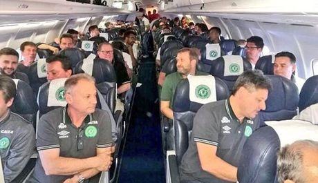 May bay cho doi bong Brazil roi o khong phan Colombia - Anh 3