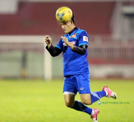 Cong Vinh truyen bi kip pha luoi cho Cong Phuong truoc tran ban ket AFF Cup - Anh 6