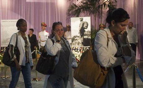 Nguoi Cuba xep hang dai tuong nho Lanh tu Fidel Castro - Anh 2