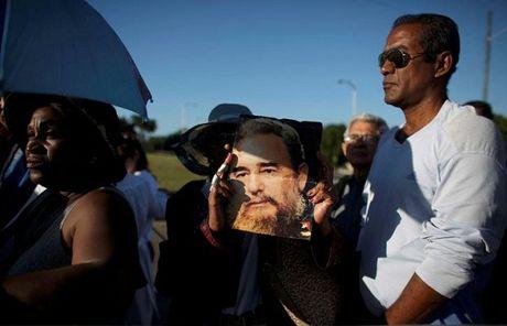 Nguoi Cuba xep hang dai tuong nho Lanh tu Fidel Castro - Anh 3