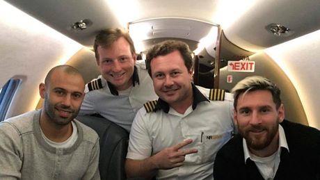 Sieu sao Messi tung di tren chiec may bay roi o Colombia - Anh 1