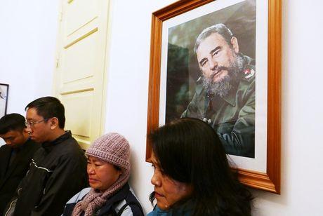 Nuoc mat va hoa vieng Fidel Castro o Ha Noi - Anh 2