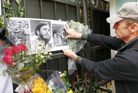 Nuoc mat va hoa vieng Fidel Castro o Ha Noi - Anh 8