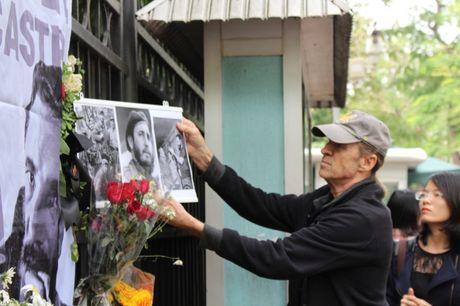 Ha Noi: Nguoi dan xep hang vao vieng Chu tich Cu Ba Fidel Castro - Anh 11