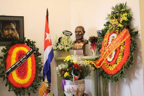 Ha Noi: Nguoi dan xep hang vao vieng Chu tich Cu Ba Fidel Castro - Anh 12