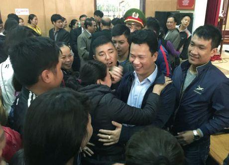Ha Tinh: Sau doi thoai, hang tram tieu thuong chen nhau bat tay Chu tich tinh - Anh 4