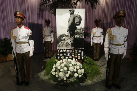 Nguoi dan Cuba xep hang dai vieng Fidel Castro - Anh 6