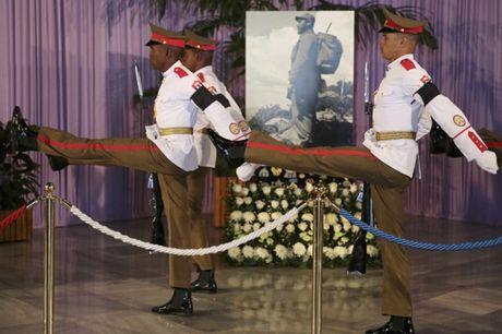 Nguoi dan Cuba xep hang dai vieng Fidel Castro - Anh 8