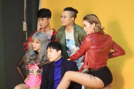 Huong Giang sexy 'cuc do' thoai mai ngoi… len dui Trinh Thang Binh - Anh 1