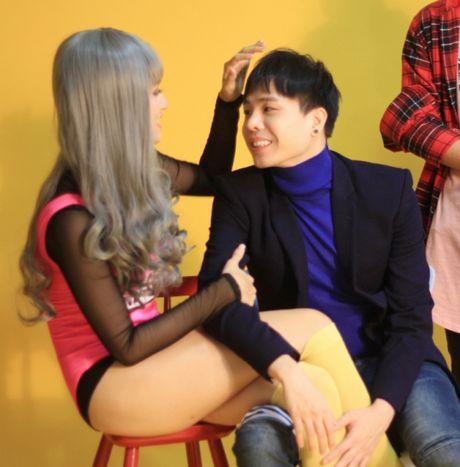 Huong Giang sexy 'cuc do' thoai mai ngoi… len dui Trinh Thang Binh - Anh 4