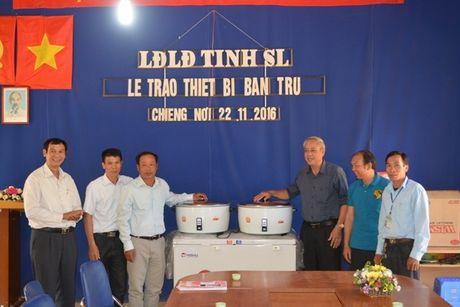 LDLD tinh Son La: Trao tang thiet bi bep an ban tru cho Truong Tieu hoc Chieng Noi II - Anh 1