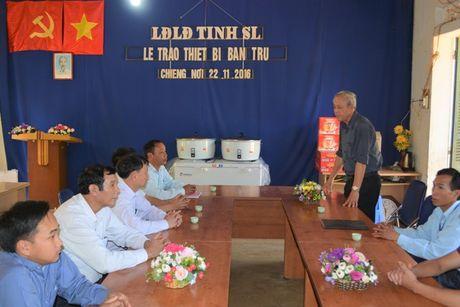 LDLD tinh Son La: Trao tang thiet bi bep an ban tru cho Truong Tieu hoc Chieng Noi II - Anh 2