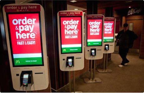 Loi dap tra cua McDonald's khi My tang luong toi thieu: Thay nhan vien bang robot - Anh 1