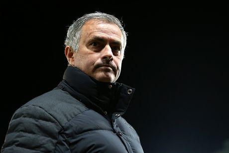 Mourinho bi de xuat cam chi dao 6 tran - Anh 1