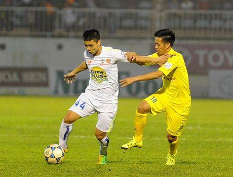 Mau bong moi cua V.League 2017 khien nguoi ham mo phat sot - Anh 4