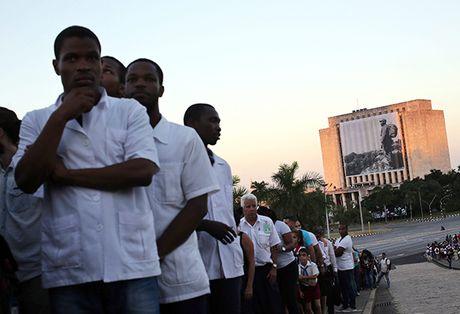 Nguoi Cuba roi nuoc mat xep hang vieng lanh tu Fidel Castro - Anh 13