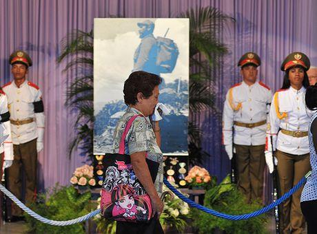 Nguoi Cuba roi nuoc mat xep hang vieng lanh tu Fidel Castro - Anh 1