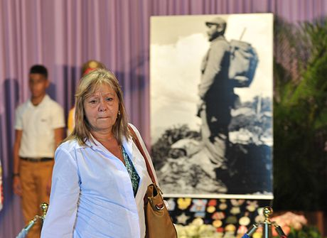Nguoi Cuba roi nuoc mat xep hang vieng lanh tu Fidel Castro - Anh 2