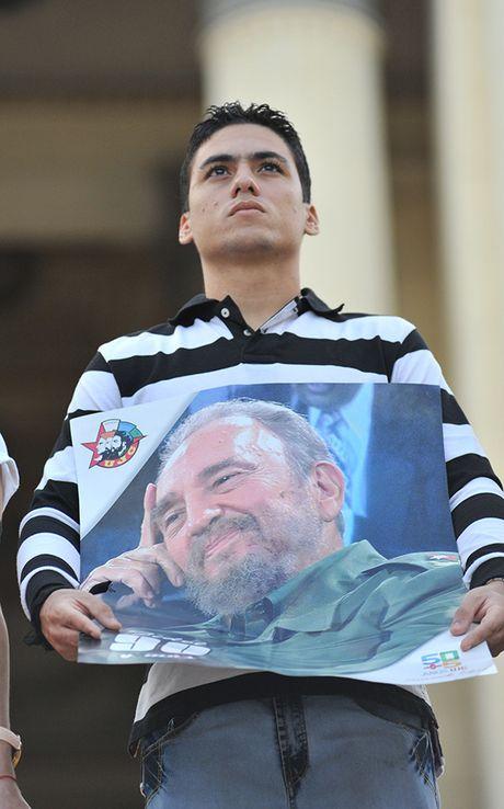 Nguoi Cuba roi nuoc mat xep hang vieng lanh tu Fidel Castro - Anh 6