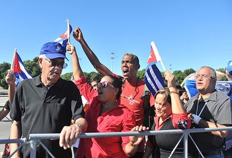 Nguoi Cuba roi nuoc mat xep hang vieng lanh tu Fidel Castro - Anh 8