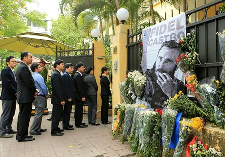 Xuc dong le vieng lanh tu Fidel Castro Ruz tai Ha Noi, TP HCM - Anh 6