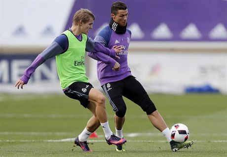 Real Madrid tuong nho Chapecoense ngay tren san tap - Anh 6