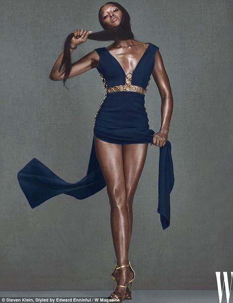 Naomi Campbell U50 van nong bong tren tap chi - Anh 4